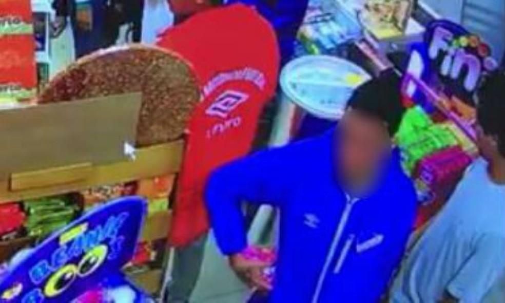 Imagem do circuito interno mostra torcedor colocando produtos no bolso (Foto: Polícia Militar/Divulgação)