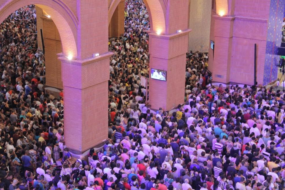 Multidão acompanhou a principal celebração do dia em Aparecida — Foto: Carlos Santos/G1