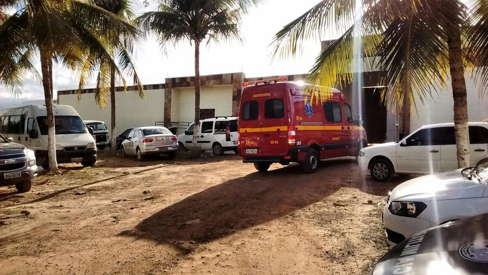 Ambulância foi deslocada para o Ceduc Pitimbu, em Parnamirim, durante rebelião de internos (Foto: Cláudia Angélica/Inter TV Cabugi)