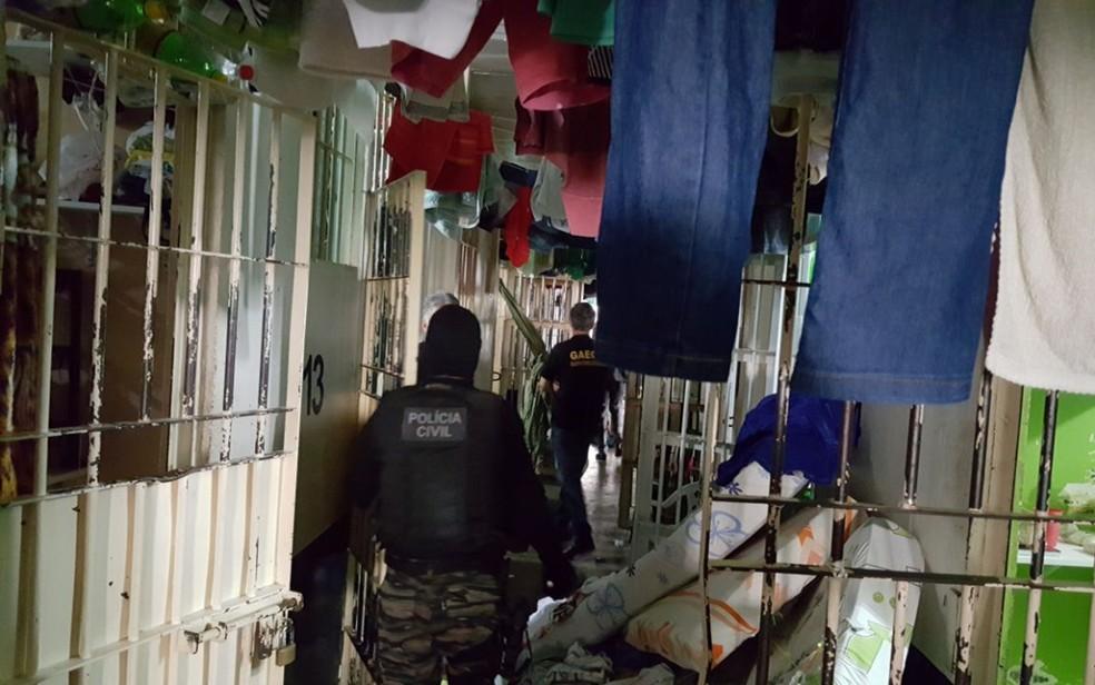 Policiais durante operação contra regalias a presos em Anápolis (Foto: Divulgação/MP-GO)