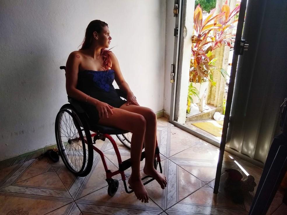 Juline Galdino da Silva, de 23 anos, recebeu mandado de reintegração de posse por casa onde morava há dois anos, no conjunto Praia-mar, na Zona Oeste de Natal — Foto: Igor Jácome/G1