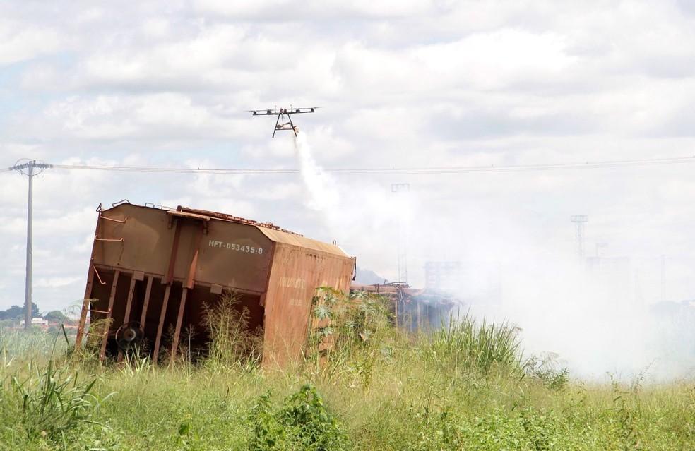 Drone espalhou inseticida e larvicida em área de vagões abandonados em Araraquara — Foto: Prefeitura de Araraquara/Divulgação