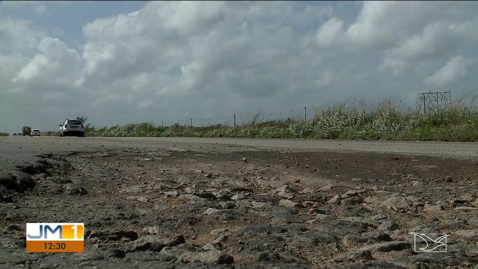 Crateras e rachaduras tomam uma faixa inteira da BR-135. — Foto: Reprodução/TV Mirante
