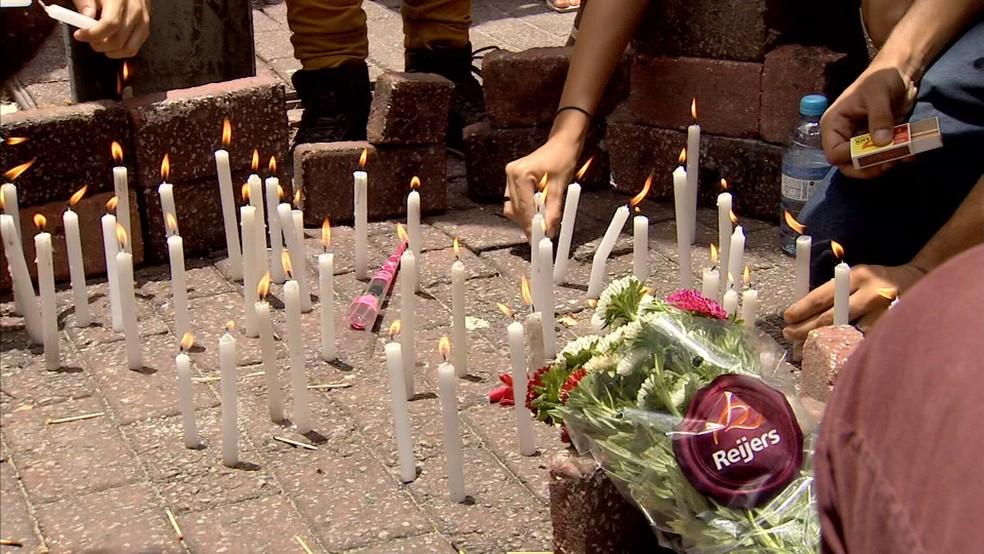Estudantes fazem homenagem à vítimas da chacina do Bairro Benfica, na Praça da Gentilândia, onde ocorreu um dos ataques. — Foto: TV Verdes Mares