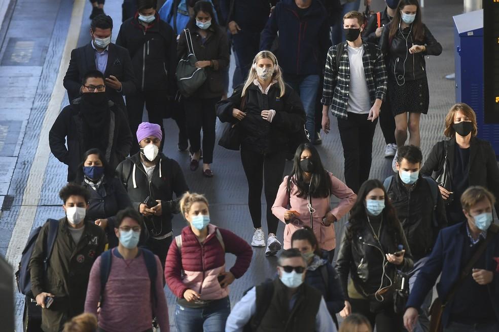 Pessoas de máscara na estação Waterloo do metrô Londres — Foto: Victoria Jones/PA via AP