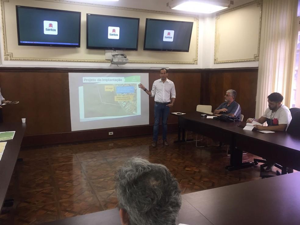 Prefeito apresentou o projeto para diminuição da erosão na Ponta da Praia, em Santos (Foto: Andressa Barboza/G1)