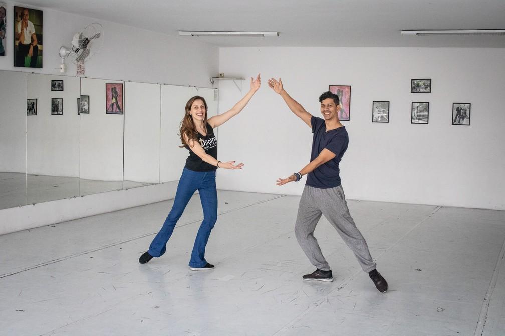 Os bailarinos André e Patrícia se despedem do espaço de sua escola de dança, que vai mudar de endereço após 12 anos no mesmo local — Foto: Karina Trevizan/G1