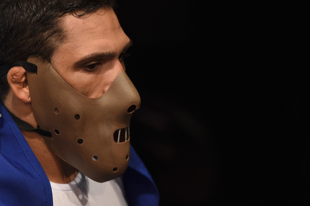 Muitos antes de usar a máscara do personagem de cinema Hannibal Lecter, Cláudio Henrique da Silva teve um passado sombrio (Foto: Buda Mendes/Getty Images)