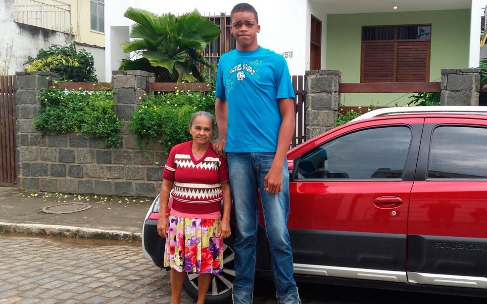 Foto de Rodrigo com 17 anos e 2,18 metros de altura quando morava com a avó, em 2016 — Foto: Giro Ipiaú