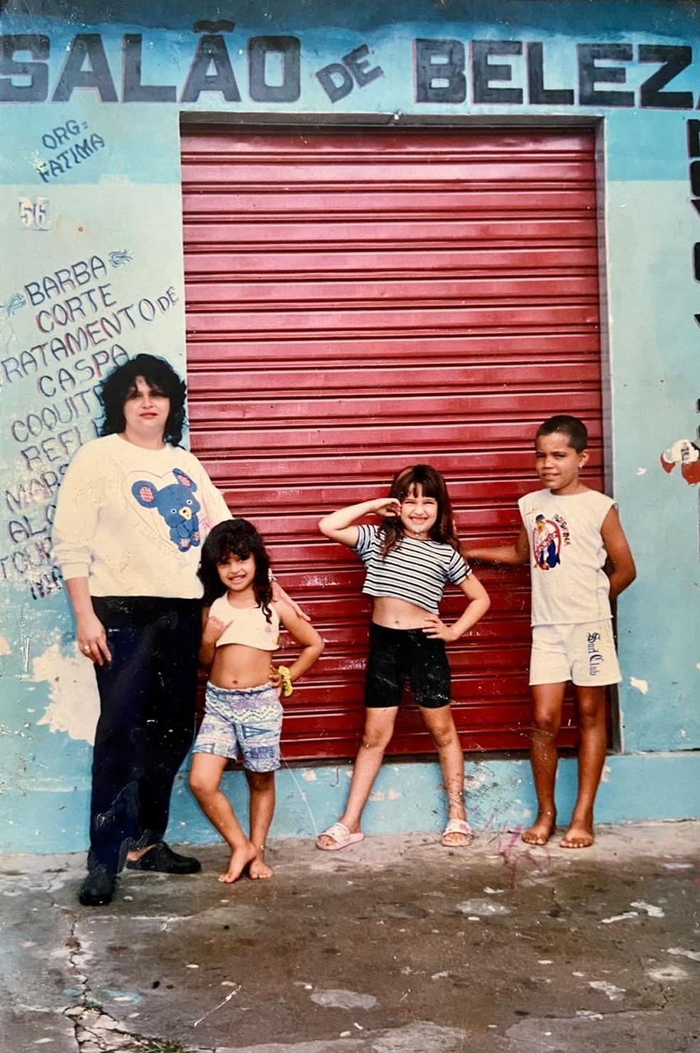 Juliette com parte da família na infância — Foto: Arquivo Pessoal