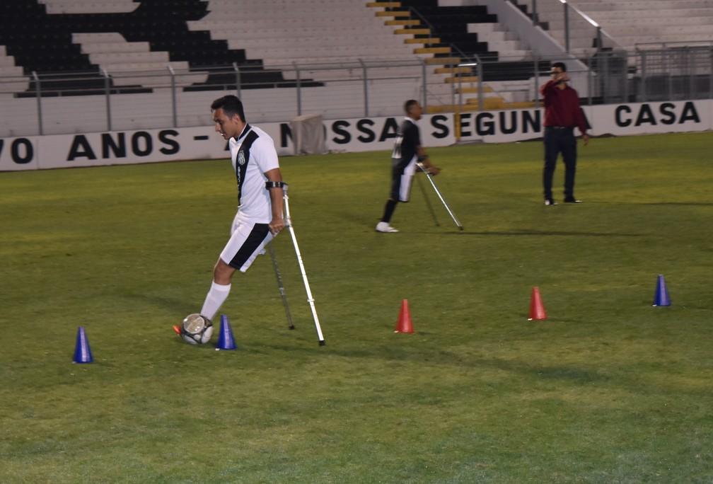 Hugo participa de treino do time de futebol da amputados no estdio Moiss Lucarelli Foto Luiz Felipe LongoGloboEsportecom