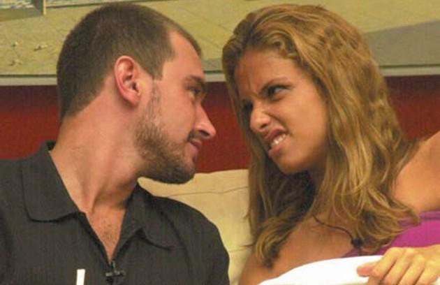 E o 'BBB' já teve outros casais complicados. Thyrso venceu Manuela pelo cansaço na 2ª edição. Ele passou um mês investindo (Foto: Reprodução)