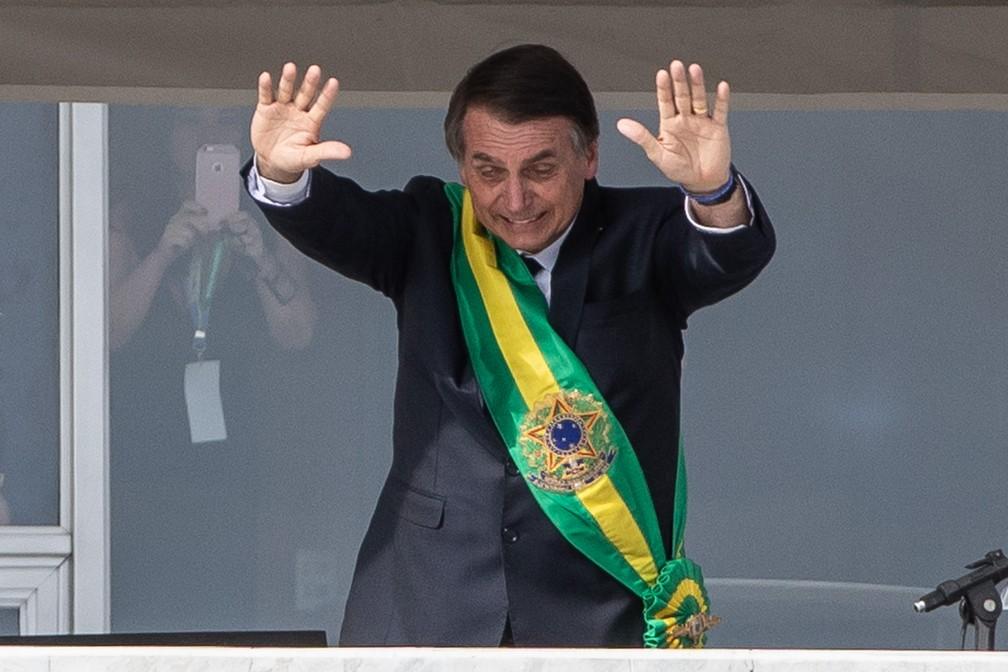 Do Parlatório, o presidente Jair Bolsonaro saúda o público na Praça dos Três Poderes — Foto: Fábio Tito/G1
