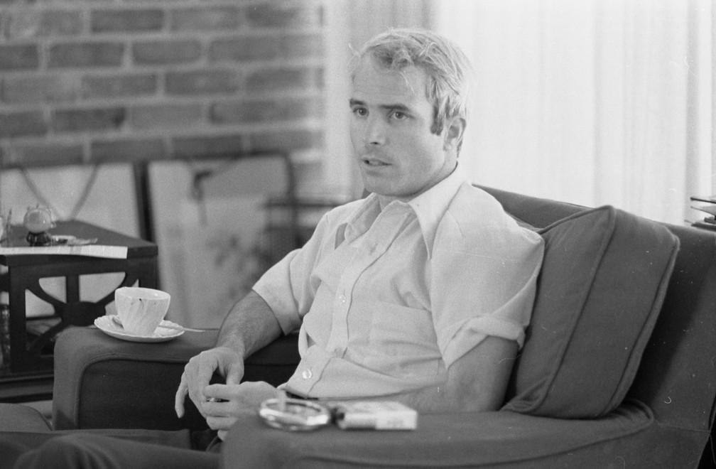 John McCain, em 1973, conta como foi sua experiência como prisioneiro durante a Guerra do Vietnã (Foto: Library of Congress/Thomas J. O'Halloran/Handout via REUTERS)