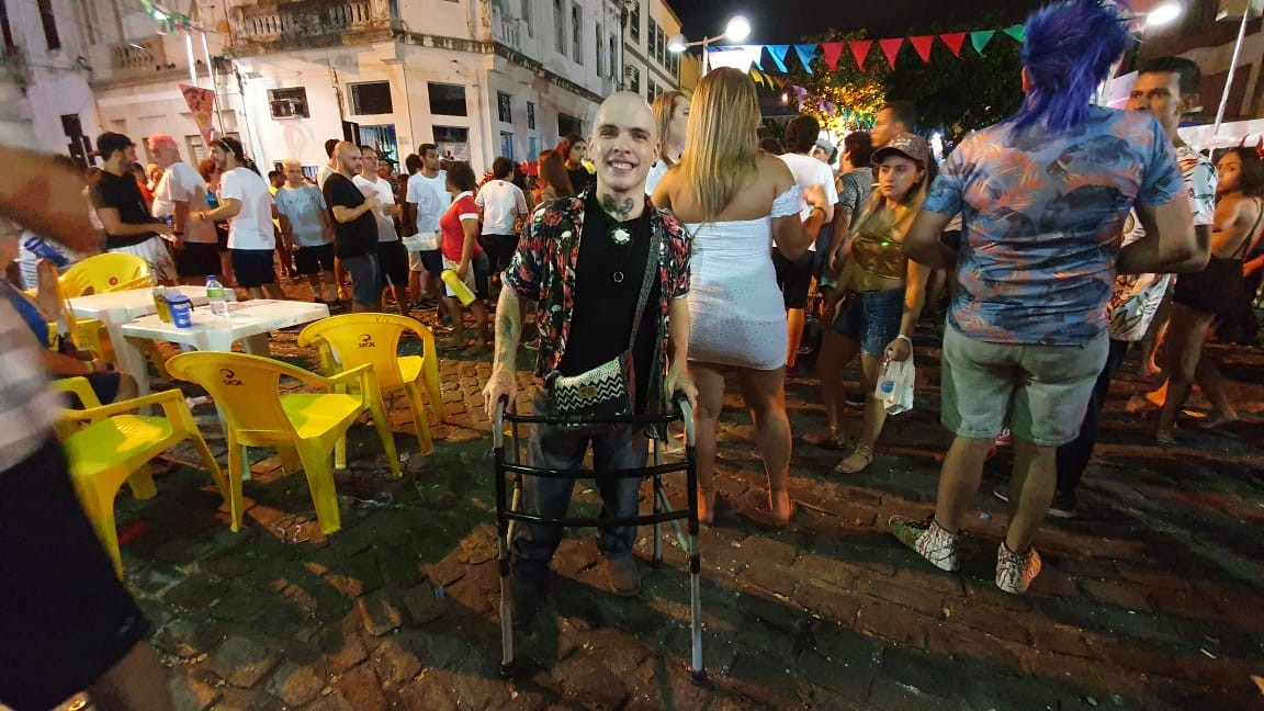 'Venho para o carnaval para sentir essa energia', diz pernambucano que vai de andador para folia no Recife