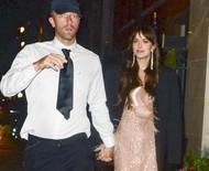 Dakota Johnson e Chris Martin passeiam de mãos dadas em cena raríssima