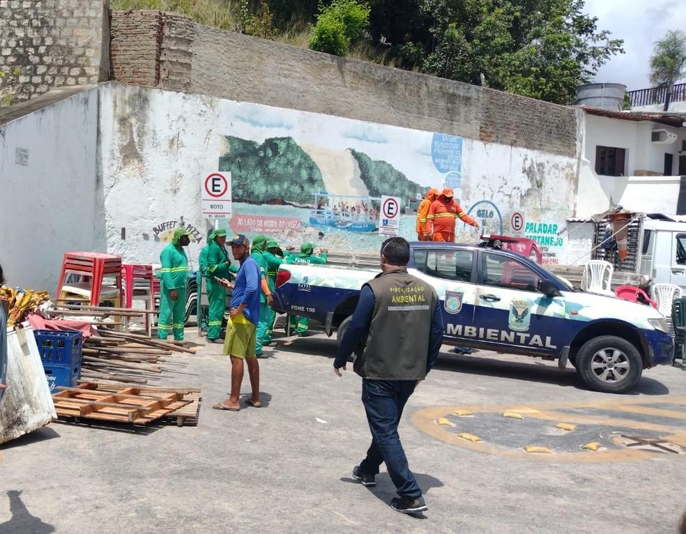 Fiscais removem mesas, cadeiras e guarda-sóis instalados em áreas não autorizadas na praia de Ponta Negra, em Natal — Foto: Divulgação/Semurb