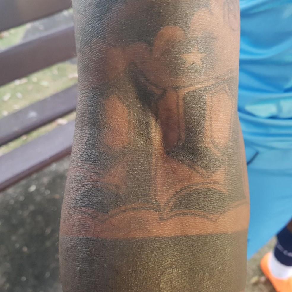 Tatuagem 99 no braço direito de Sassá (Foto: Gabriel Duarte )