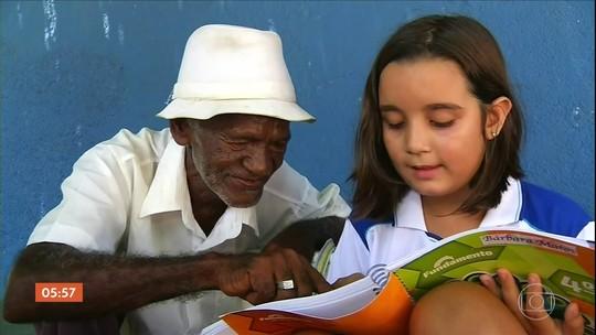 Criança ensina a ler e a escrever vendedor de picolé que trabalha há 40 anos em escola e história viraliza no Ceará