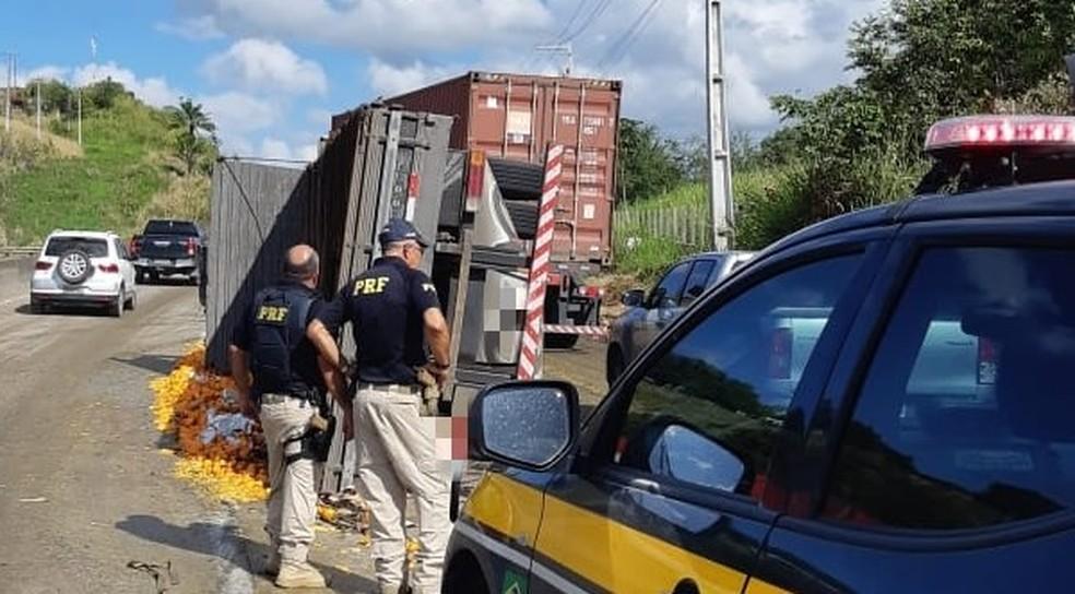 Caminhão que transportava laranjas tombou na BR-232,e m Moreno, no Grande Recife — Foto: Polícia Rodoviária Federal/Divulgação