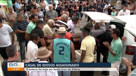 Casal de idosos atacado por causa de suposta dívida de R$ 500 é enterrado na Bahia