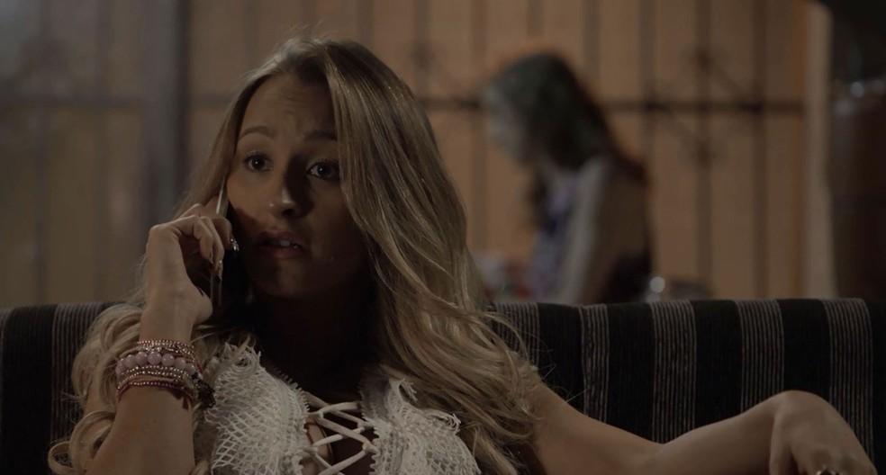 Carine faz questão de dar uma gargalhada para Bibi ouvir (Foto: TV Globo)