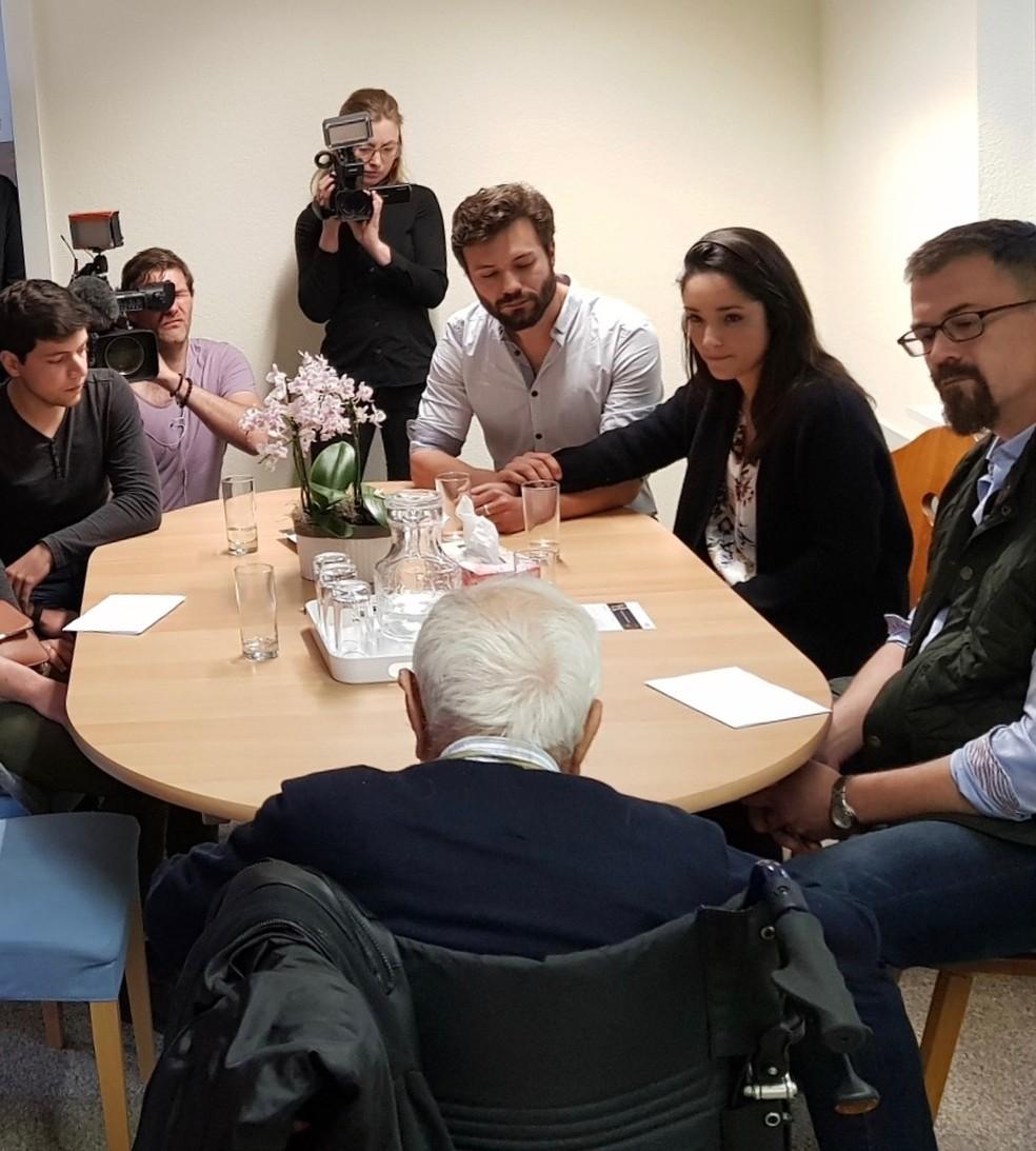 David Goodall assina documentos sobre sua decisão com família e amigos instantes antes de morrer (Foto: Exit International)