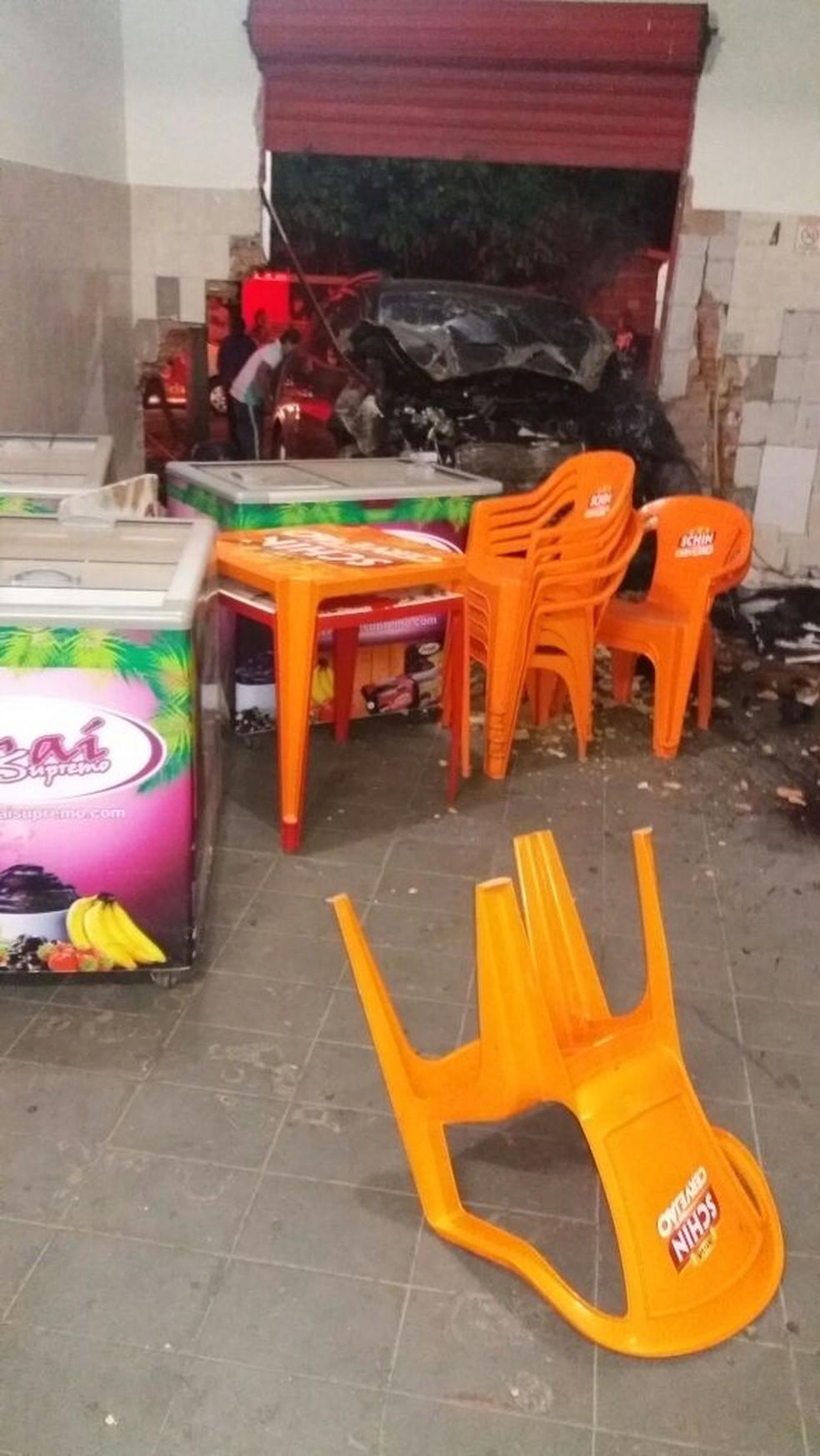 Mesas e um freezer foram arrastados pelo carro, mas por sorte nenhum cliente do bar foi atropelado (Foto: Marília Urgente / Divulgação )