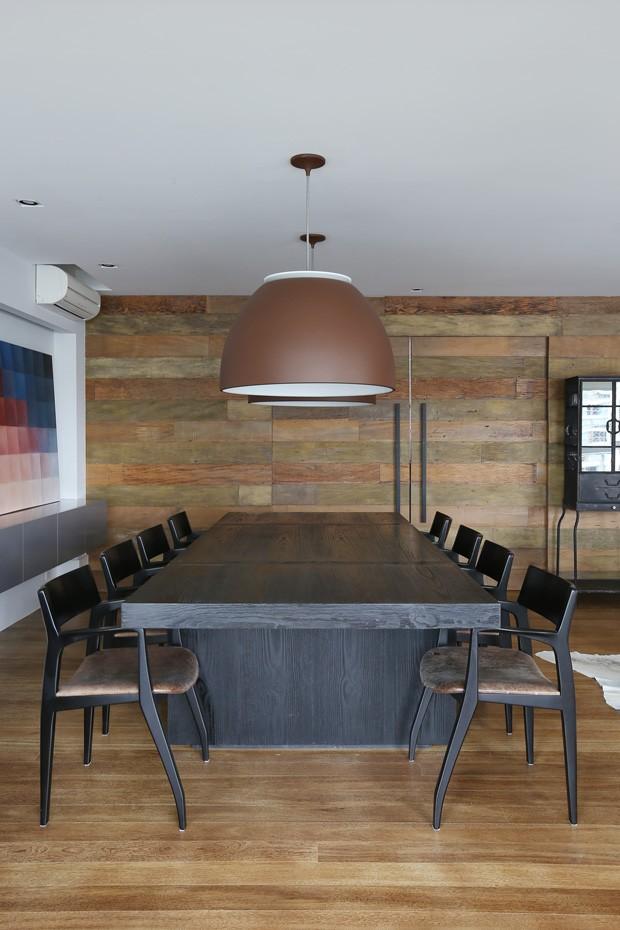 SALA DE JANTAR | A mesa e as cadeiras são da Micasa. A luminária é da Lumini. O quadro é de Virginia Vilela. O buffet também é da Micasa (Foto: Mariana Orsi / Divulgação)