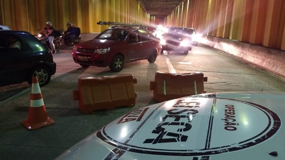 Barreira foi montada em um dos túneis no entorno da Arena das Dunas, no bairro de Lagoa Nova — Foto: PMRN/Divulgação