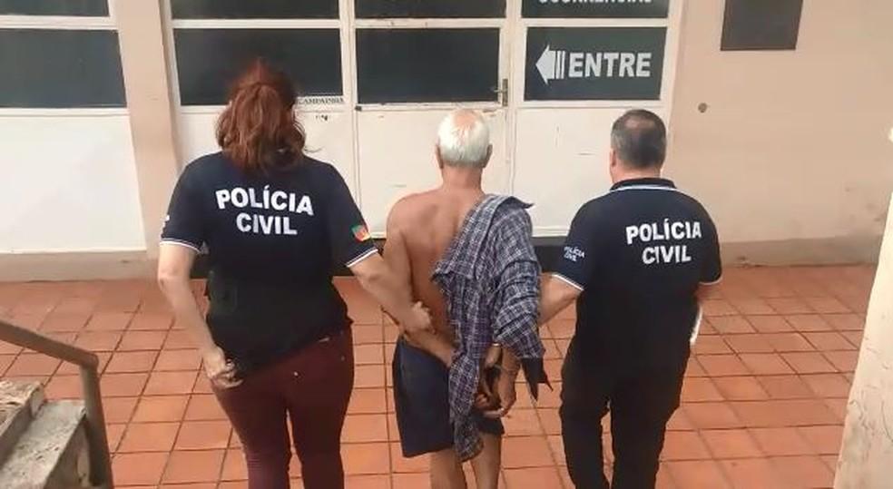 Suspeito já cumpria prisão domiciliar, por estupro de vulnerável cometido em 2003. Ele foi preso novamente em Cruz Alta — Foto: Reprodução/Polícia Civil