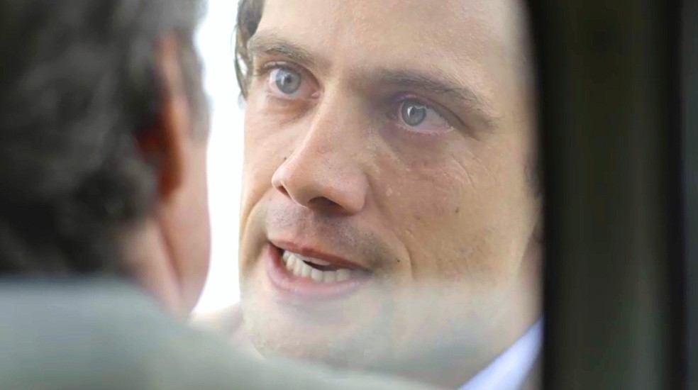 Danilo (Rafael Cardoso) fala poucas e boas a Eugênio (Felipe Camargo), que ameaça o jovem: 'Você vai acabar morto em alguma vala e Julia o vai esquecer' — Foto: TV GLOBO