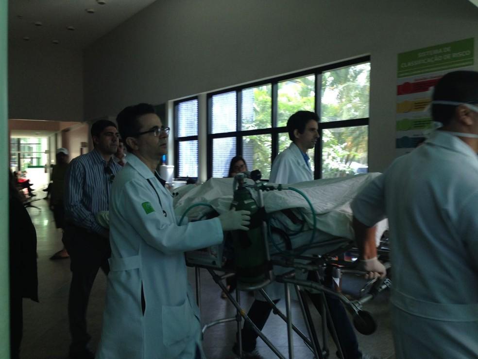 Ambulância saiu do hospital Unimed nesta manhã  (Foto: Joalline Nascimento/G1)