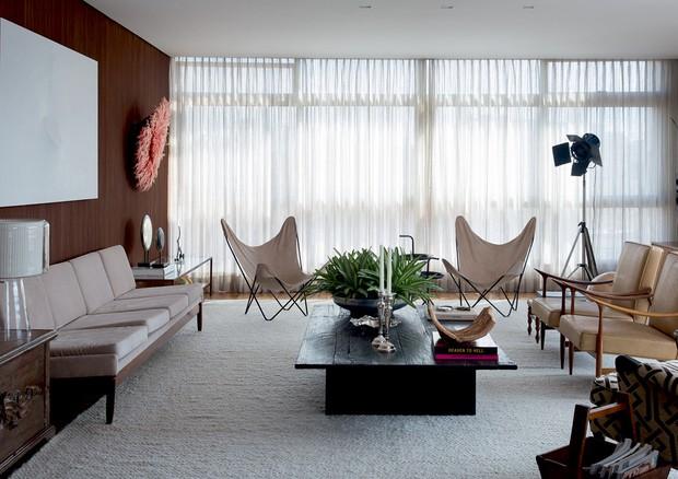 O ambiente inteiro, com sofá de jacarandá da década de 70 e poltronas de Jorge Zalszupin (Foto: André Klotz)