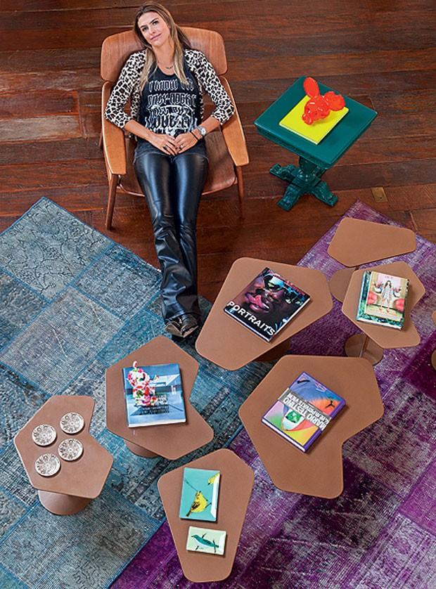 A arquiteta Andrea Murao optou pelo nude na composição de mesas de centro neste apê. O neutro é valorizado pelos tapetes coloridos (Foto: Cacá Bratke/Editora Globo)