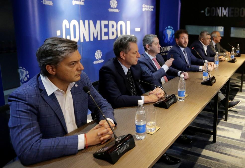 Reunião na Conmebol contou com a presença de Rodolfo Landim, presidente do Flamengo, e Rogério Caboclo, presidente da CBF, segundo e terceiro a partir da esquerda — Foto: REUTERS/Jorge Adorno