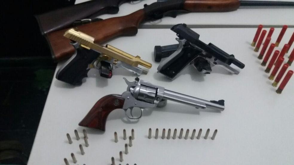 Pistola apreendida era banhada a ouro, segundo a polícia (Foto: Polícia Civil de Mato Grosso)