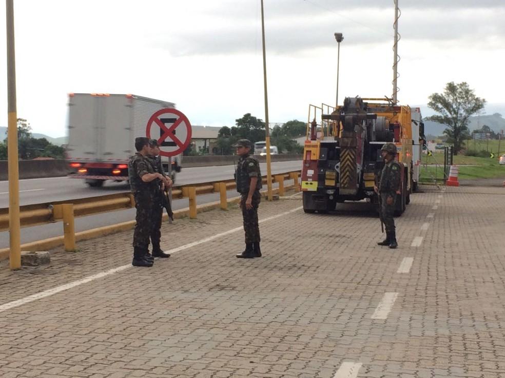Ocupação teve início na noite desta segunda (19), na Dutra (Foto: TV Rio Sul/Anderson Sobrinho)