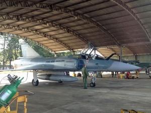 Caça Mirage brasileiro antes de decolar para o último voo oficial (Foto: Tahiane Stochero/G1)