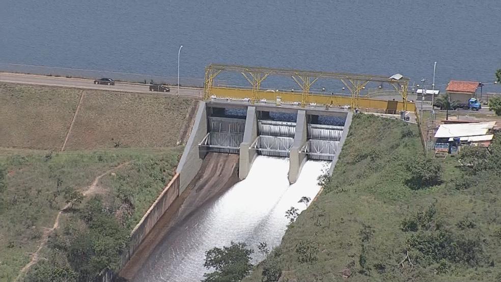 Comporta da barragem do Lago Paranoá aberta em 8 de fevereiro de 2018 (Foto: TV Globo/Reprodução)