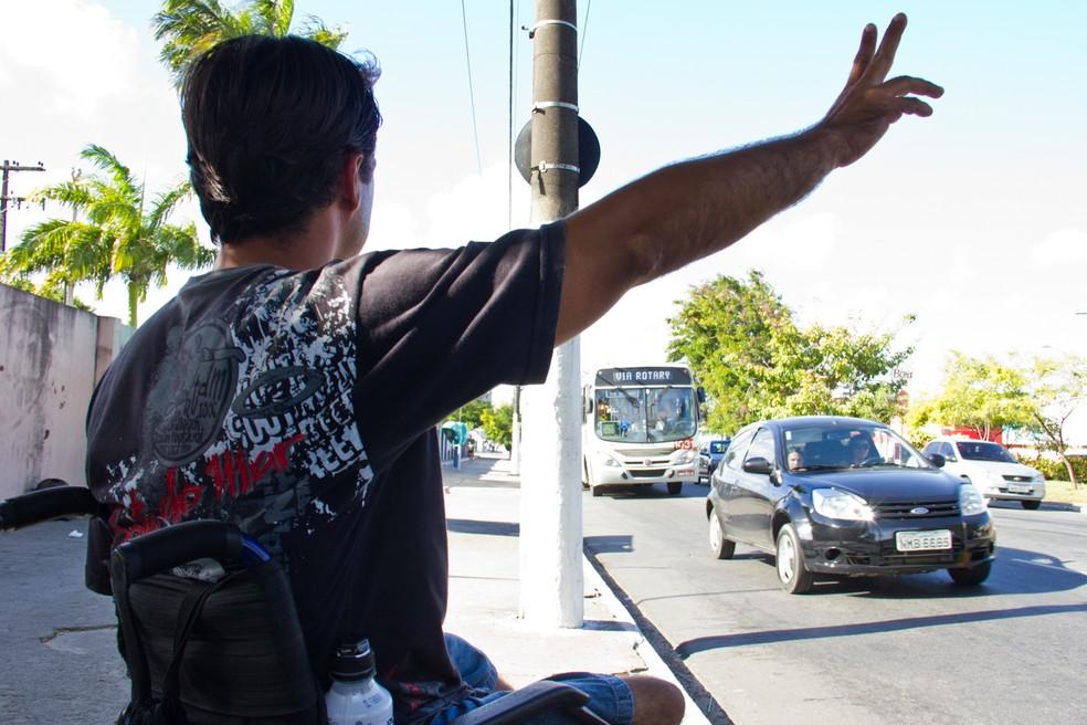 Ação da Defensoria Pública questionava lei municipal de 2015, que restringia gratuidade nos ônibus a pessoas com deficiência — Foto: Jonathan Lins/G1