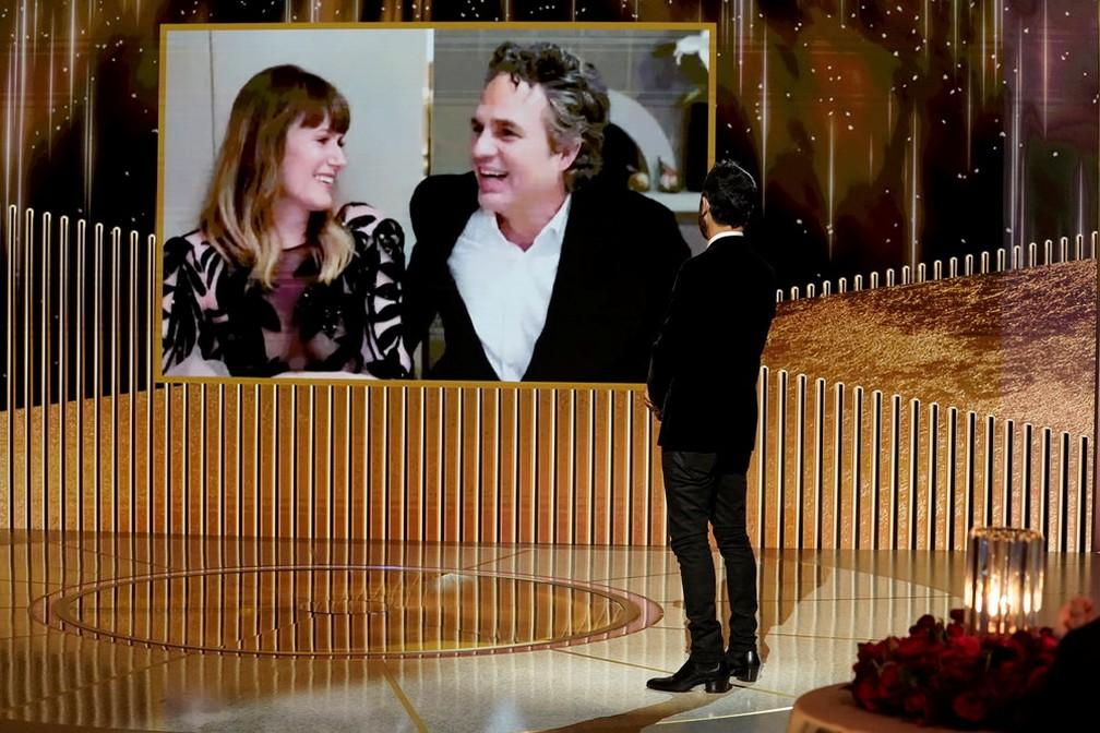Mark Ruffalo discursa após receber o Globo de Ouro de melhor ator em série limitada ou filme para TV por 'I Know This Much Is True' — Foto: Peter Kramer/NBC via Reuters