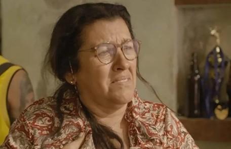 Na quarta (18), depois de vender sua casa para pagar uma dívida de Sandro com Marconi (Douglas Silva), Lurdes (Regina Casé) será sequestrada TV Globo