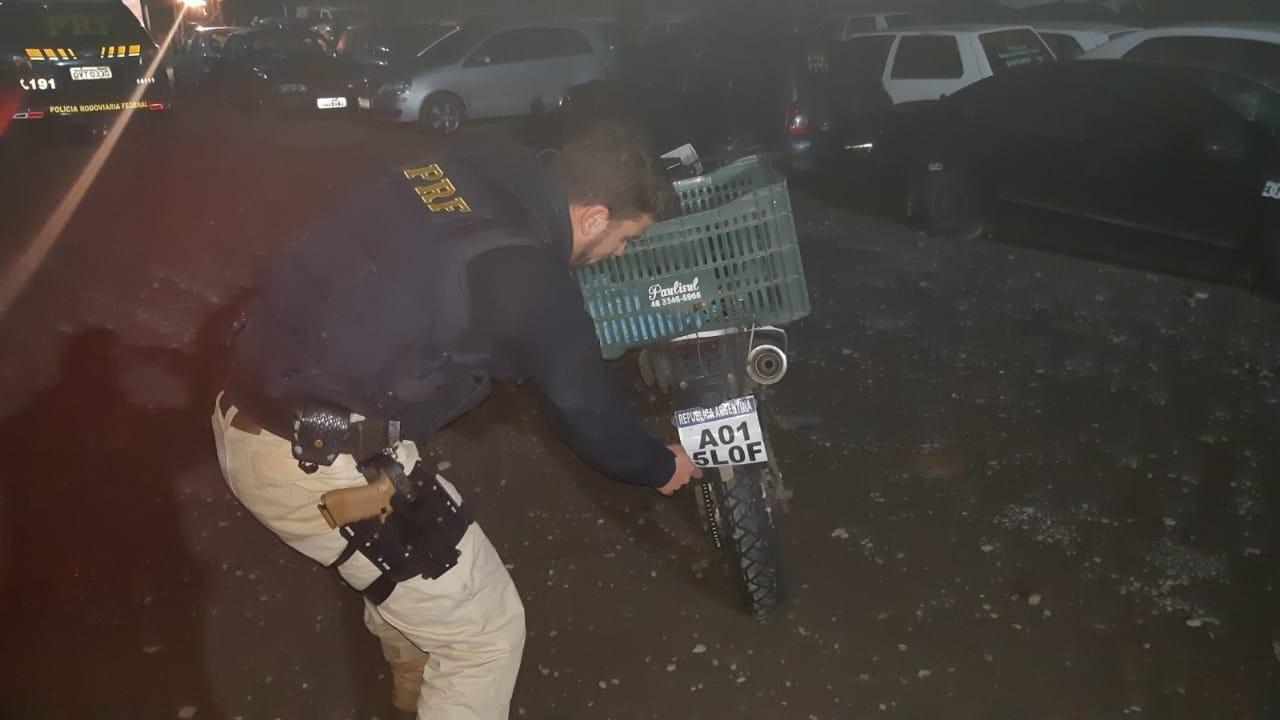 Moto com placa de papel é apreendida e argentino é multado na BR-101 em Joinville - Notícias - Plantão Diário