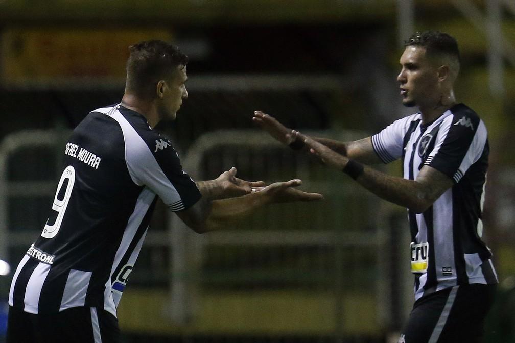 Chegada de Rafael Moura faz bem a Navarro — Foto: Vitor Silva/Botafogo