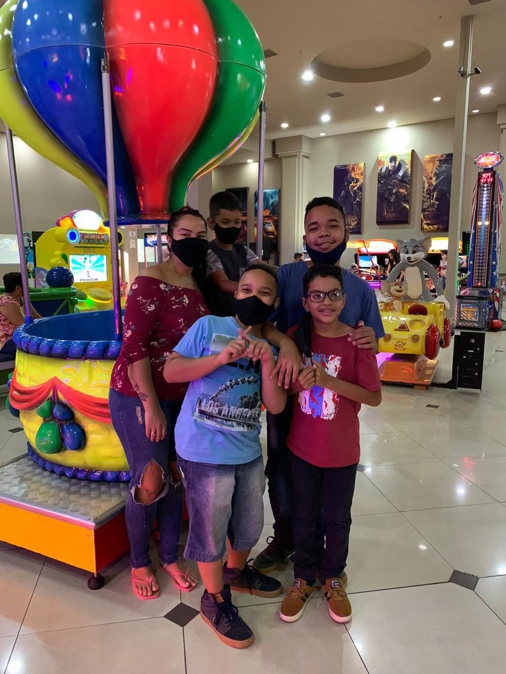 Empresária levou menino, irmão e primos para passeio no shopping nesta quarta-feira (6) — Foto: G1 MS