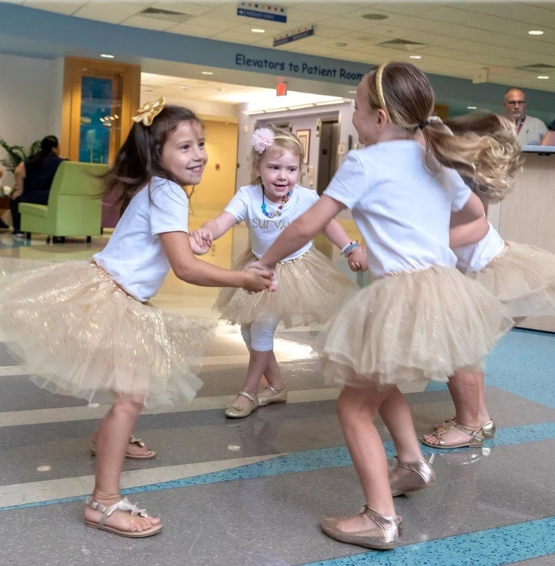 As meninas brincando de roda no hospital em 2018 (Foto: Cortesia John Hopkins All Children's Hospital)