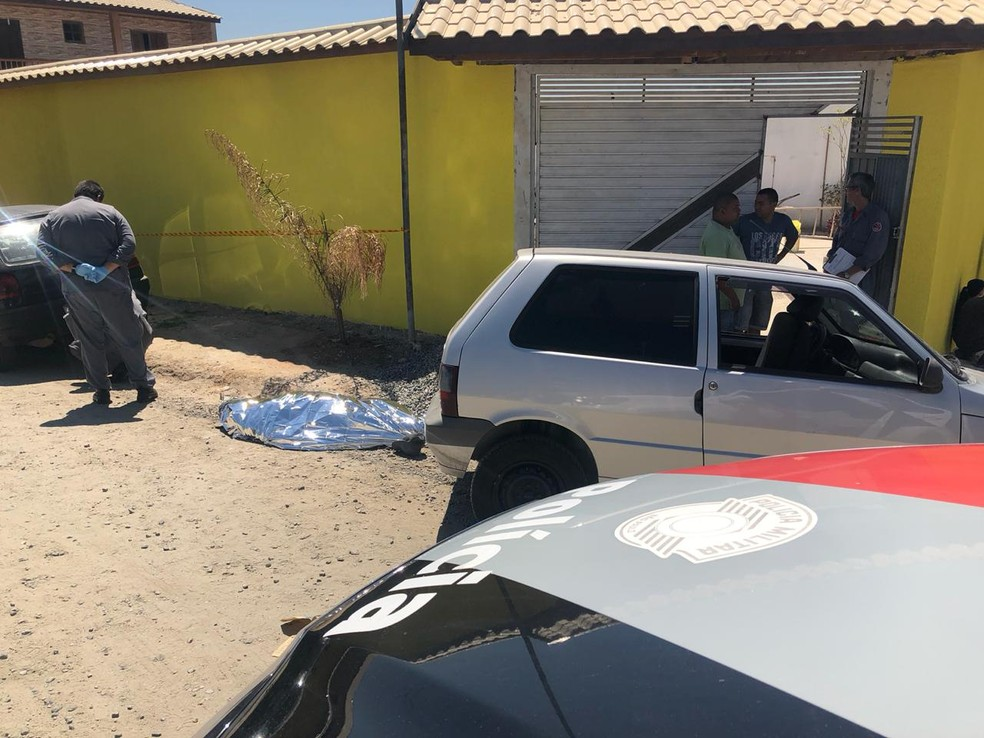 Construtor morre na Rua dos Vereadores, em Itaquaquecetuba. — Foto: Polícia/Divulgação