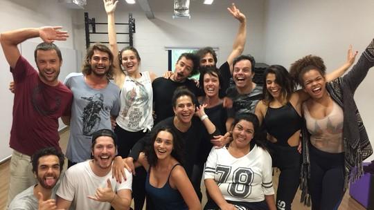 'Verão 90': elenco faz animada aula de dança como preparação para nova novela das 7