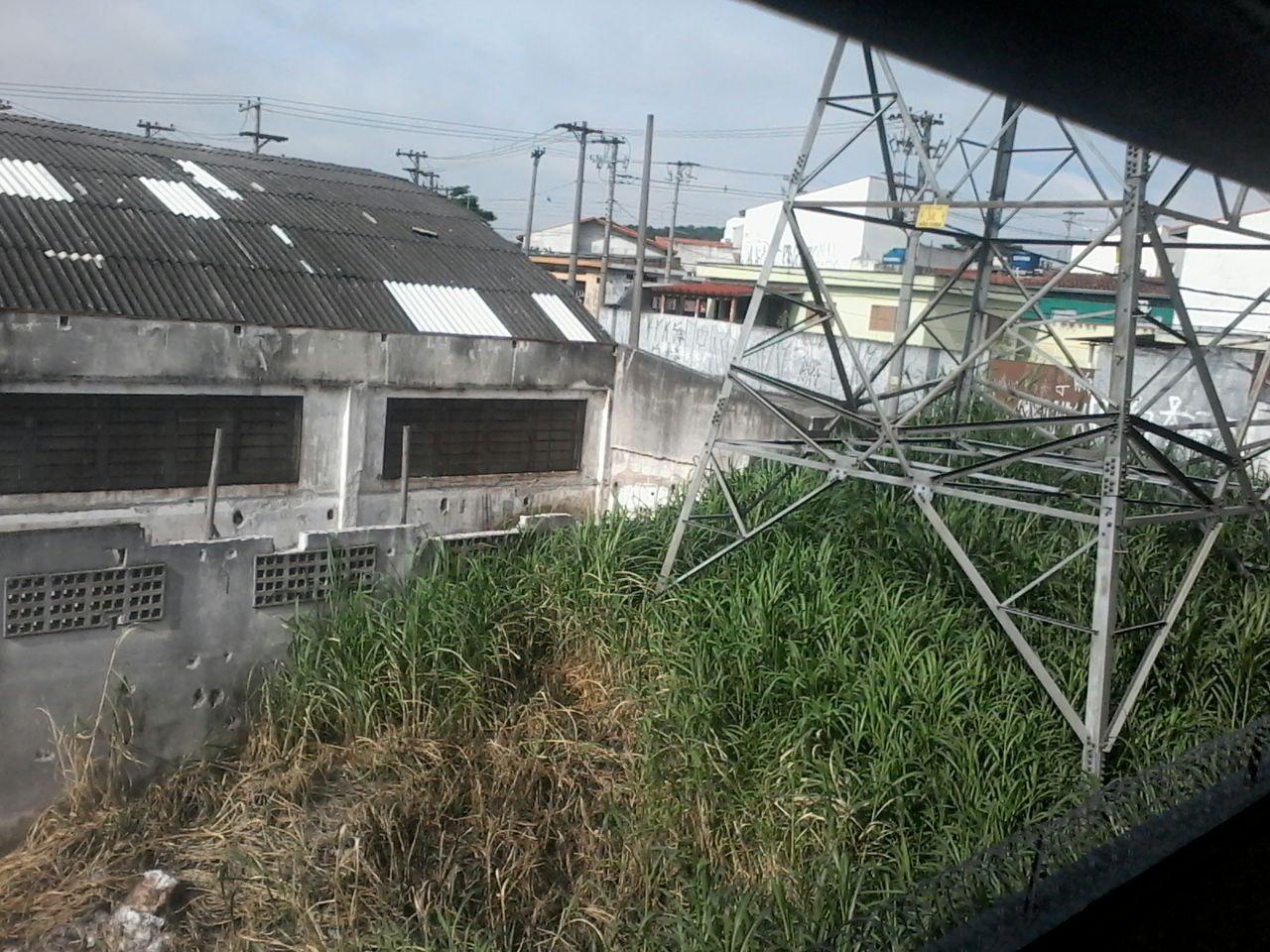 Acúmulo mato e lixo em terreno de concessionária de energia preocupa internauta de Mogi